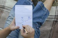 Il giovane tipo scrive in un taccuino immagini stock libere da diritti
