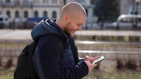 Il giovane turista calvo dell'uomo cammina attraverso la città archivi video