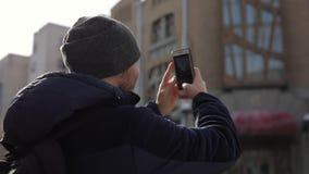 Il giovane turista calvo dell'uomo cammina attraverso la citt? video d archivio