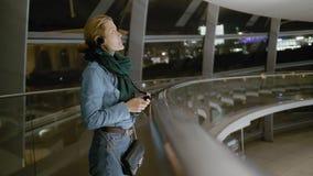 Il giovane turista femminile usa un'audio guida Dentro un museo non riconosciuto Esamina entusiasta le mostre lento video d archivio