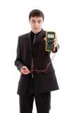 Il giovane in un vestito dimostra un tester. immagini stock