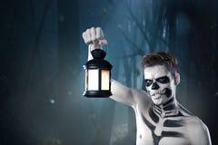 Il giovane uomo alla moda con il grimm di arte per hallowen il partito Body art di modo Fronte Art fotografie stock