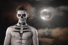 Il giovane uomo alla moda con il grimm di arte per hallowen il partito Body art di modo Fronte Art fotografia stock libera da diritti