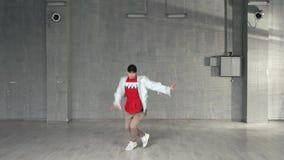 Il giovane uomo alla moda sta ballando video d archivio