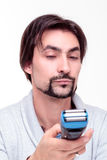 Il giovane uomo attraente indicativo sta esaminando una prova del rasoio Fotografie Stock