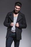 Il giovane uomo barbuto felice di modo sta sorridendo Immagini Stock Libere da Diritti