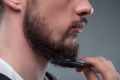 Il giovane uomo barbuto sta preparando la sua immagine Fotografia Stock