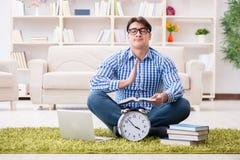 Il giovane uomo bello che si siede sul pavimento a casa Fotografie Stock Libere da Diritti