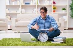 Il giovane uomo bello che si siede sul pavimento a casa Immagine Stock Libera da Diritti