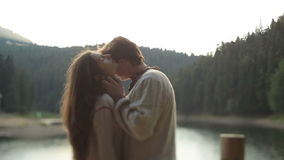 Il giovane uomo bello nel ukrainain tradizionale copre morbidamente i baci in fronte la sua bella donna Momento molto tenero stock footage