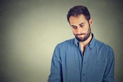 Il giovane uomo bello timido ritiene maldestro Fotografie Stock