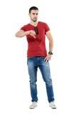 Il giovane uomo casuale arrabbiato turbato che mostra i pollici giù gesture immagine stock libera da diritti