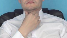 Il giovane uomo caucasico grasso tocca il suo grande doppio mento grasso, il problema, la cosmetologia, l'incarnato, chirurgia pl video d archivio