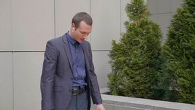 Il giovane uomo d'affari è raddrizza la sua manica dalla sua camicia archivi video