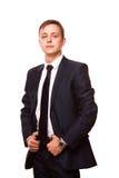 Il giovane uomo d'affari bello in vestito nero sta stando ritratto diritto e integrale isolato su fondo bianco Fotografia Stock Libera da Diritti