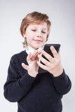 Il giovane uomo d'affari che esamina l'esposizione del telefono sta scrivendo e SMI immagini stock libere da diritti