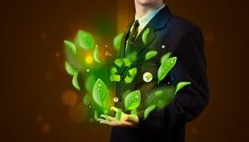 Il giovane uomo d'affari che presenta a eco la foglia verde ricicla il conce di energia Immagine Stock Libera da Diritti