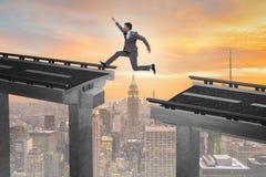 Il giovane uomo d'affari che salta sopra il ponte Fotografia Stock Libera da Diritti