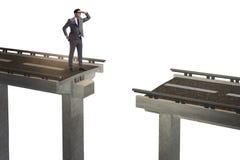 Il giovane uomo d'affari con il ponte rotto isolato su bianco immagine stock libera da diritti