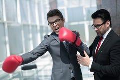 Il giovane uomo d'affari ed il suo avvocato stanno preparando difendere immagine stock