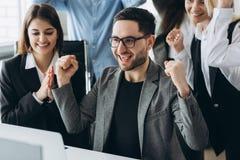 Il giovane uomo d'affari felice con i risultati realmente impressionanti, il ballo di vittoria, societ? a crescita rapida, gratif fotografia stock