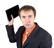 Il giovane uomo d'affari getta fuori il computer portatile Fotografia Stock