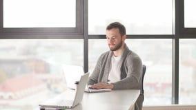 Il giovane uomo d'affari gode delle notizie positive sullo scambio finanziario video d archivio