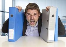 Il giovane uomo d'affari occupato attraente ha sopraffatto lo sforzo pazzo di sofferenza ai grida dell'ufficio disperati Immagine Stock Libera da Diritti