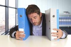 Il giovane uomo d'affari occupato attraente ha sopraffatto lo sforzo pazzo di sofferenza all'ufficio esaurito ed impotente Immagine Stock Libera da Diritti