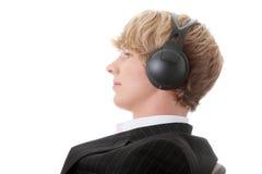 Il giovane uomo d'affari si distende con musica Immagine Stock