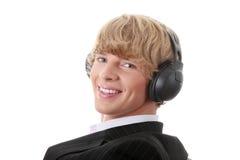 Il giovane uomo d'affari si distende con musica Fotografia Stock