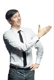 Il giovane uomo d'affari sorridente mostra qualcosa Fotografie Stock