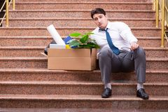 Il giovane uomo d'affari sulla via dopo il licenziamento Immagini Stock Libere da Diritti
