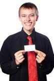 Il giovane uomo d'affari tiene un biglietto da visita vuoto immagine stock libera da diritti