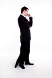 Il giovane uomo di affari che si leva in piedi con le braccia ha attraversato Fotografia Stock