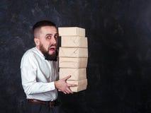 Il giovane uomo divertente con il regalo sta preparando per la festa 20 Immagine Stock Libera da Diritti