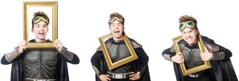 Il giovane uomo divertente nel vestito dell'armatura immagini stock libere da diritti