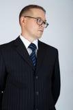Il giovane uomo serio di affari sta pensando Fotografia Stock