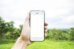 Il giovane utilizza il suo telefono cellulare per prendere le immagini delle sue memorie fotografie stock