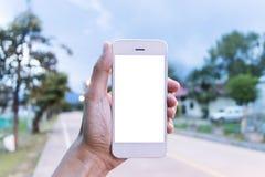 Il giovane utilizza il suo telefono cellulare per prendere le immagini delle sue memorie fotografia stock libera da diritti