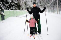 Il giovani padre e figlia fanno la corsa con gli sci nordica Fotografia Stock Libera da Diritti