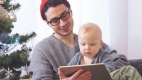 Il giovani padre e figlio felici passano il tempo per il Natale stock footage