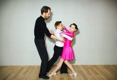 Il giovani ragazzo e ragazza che posano allo studio di ballo Fotografia Stock Libera da Diritti