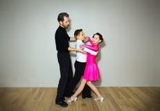 Il giovani ragazzo e ragazza che posano allo studio di ballo Immagini Stock Libere da Diritti