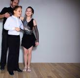 Il giovani ragazzo e ragazza che posano allo studio di ballo Fotografia Stock