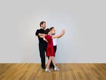 Il giovani ragazzo e ragazza che posano allo studio di ballo Immagini Stock