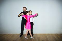 Il giovani ragazzo e ragazza che posano allo studio di ballo Fotografie Stock Libere da Diritti