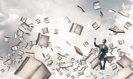 Il giovani uomo d'affari o studente che studiano la scienza e libri volano Fotografia Stock