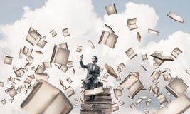 Il giovani uomo d'affari o studente che studiano la scienza e libri volano Fotografia Stock Libera da Diritti