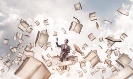 Il giovani uomo d'affari o studente che studiano la scienza e libri volano Immagini Stock Libere da Diritti